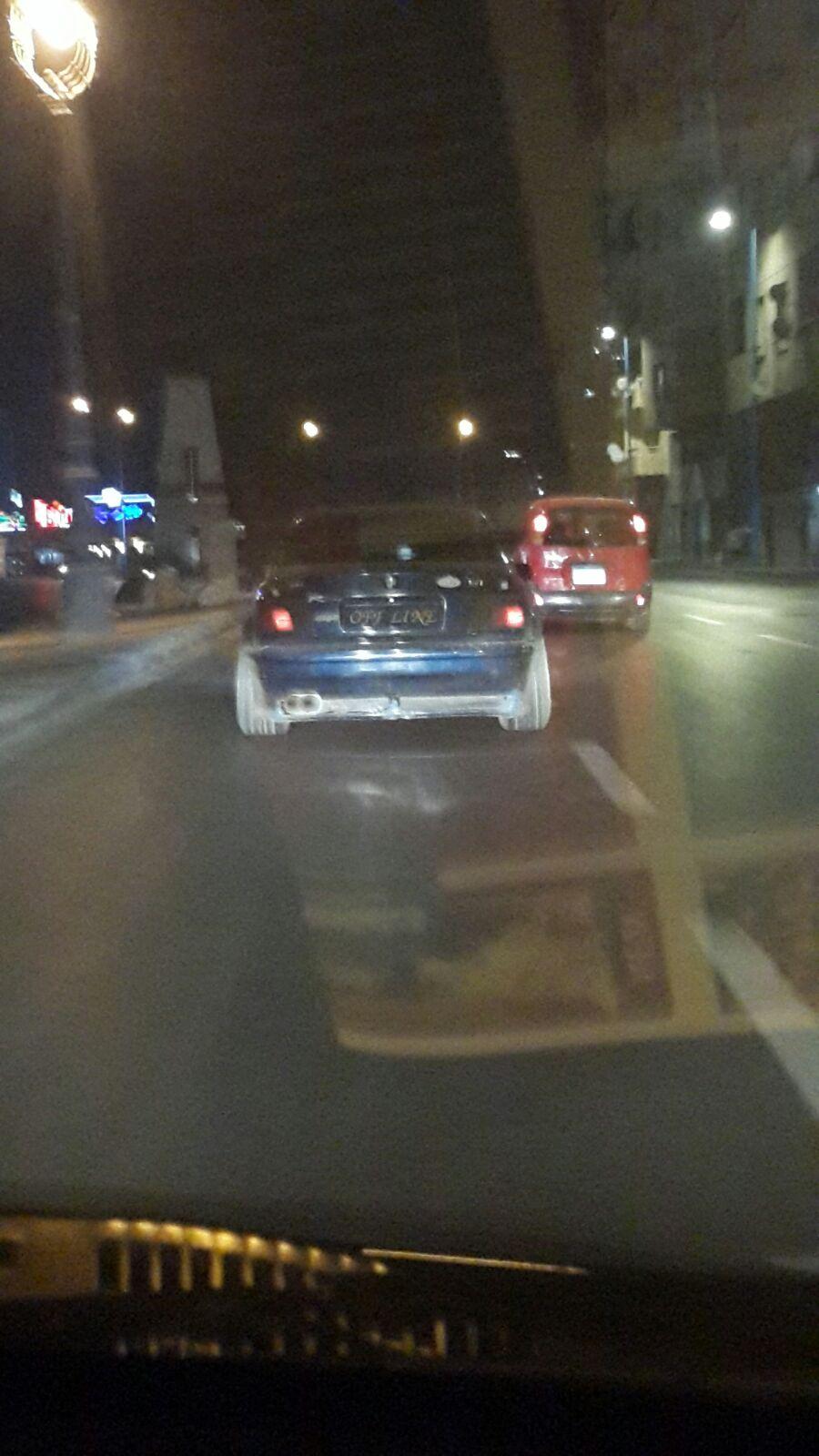 بالصور.. سيارة تتحرك على طريق البحر بالإسكندرية دون لوحة معدنية «أصلها أوف لاين»
