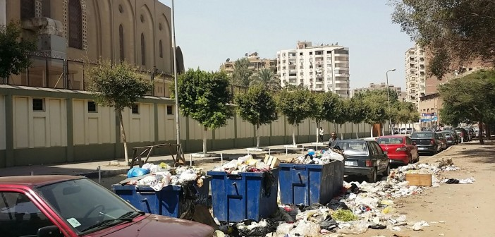 📷 تراكم القمامة أمام كنيسة ومدرسة في حي الزيتون