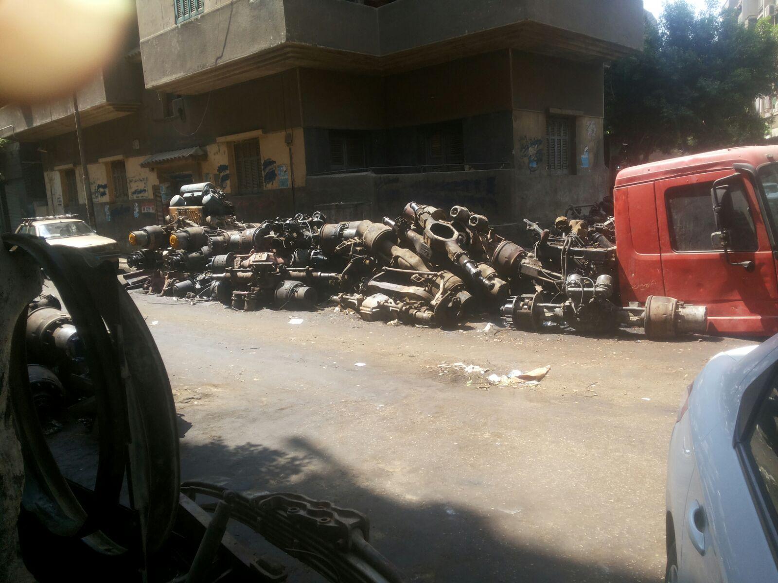 الخردة تملأ مربع الشعشاعي بحي الساحل.. وتقاعس شرطة المرافق عن إزالتها (صور)
