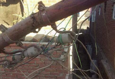 إهمال قرى كوم حمادة.. عمود كهرباء يهدد حياة المواطنين بـ«الزعفران»