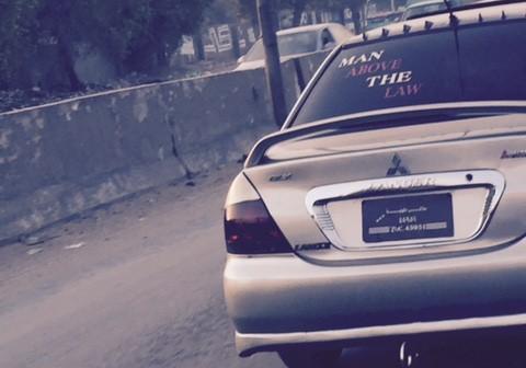 لأنه «فوق القانون».. قاد سيارته دون لوحات معدنية 📷