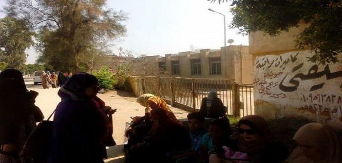 بالصور..في #أول_يوم_مدرسة.. 1220 طالبًا ومُعلمًا في الشارع دون مدرسة 📷