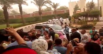 وقفة ضد رئيس هيئة الاستعلامات: «ارحل ارحل مش عاوزينك».. وطاقم حراسته للمحتجين: «بتستعبطوا ولا إيه»