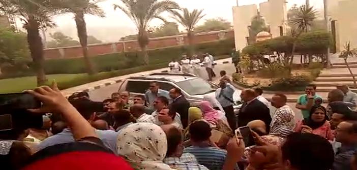 فيديو.. وقفة ضد رئيس هيئة الاستعلامات: «ارحل مش عاوزينك».. وحراسته للمحتجين: «بتستعبطوا» ▶