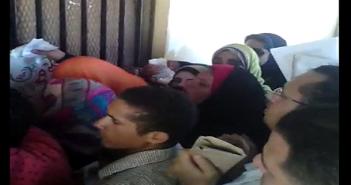 بالفيديو.. زحام شديد على خزنة «حقوق طنطا».. وطالب: «حدث تحرش»
