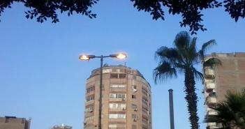 أعمدة الإنارة مضيئة صباحًا في شارع بالسيدة زينب