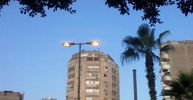 📷 أعمدة الإنارة مضيئة صباحًا في شارع بالسيدة زينب