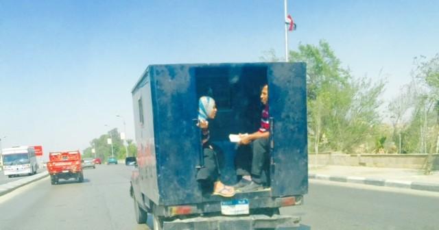 بالصورة.. سيدة تركب عربة ترحيلات في مكان أفراد الحراسة بشارع صلاح سالم 📷