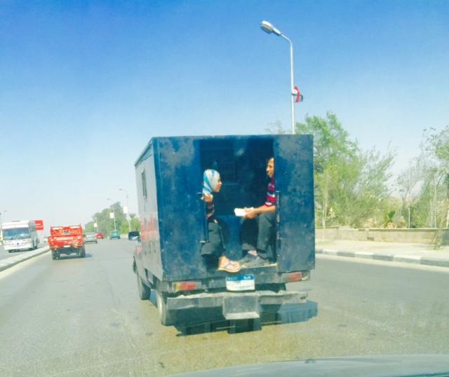 بالصورة.. سيدة تركب عربة ترحيلات مكان أفراد الحراسة بشارع صلاح سالم