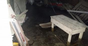 مياه الصرف تهدد عقار بالانهيار في إحدى قرى الدقهلية.. وتراخي المسؤولين