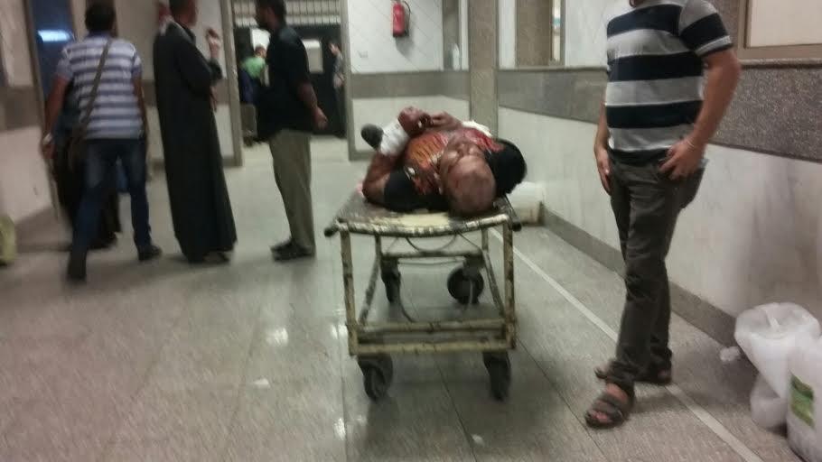 مُصاب غارق في دمائه ظل أكثر من ساعتين دون إسعاف في المستشفى الميري بالإسكندرية