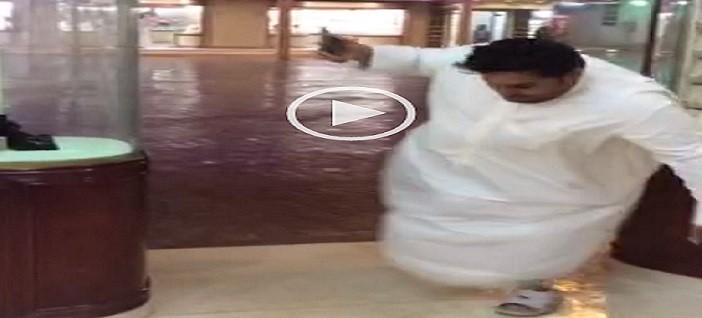 بالفيديو.. سعودي حاول تسجيل لحظة سقوط الأمطار فسقط مرتين ▶