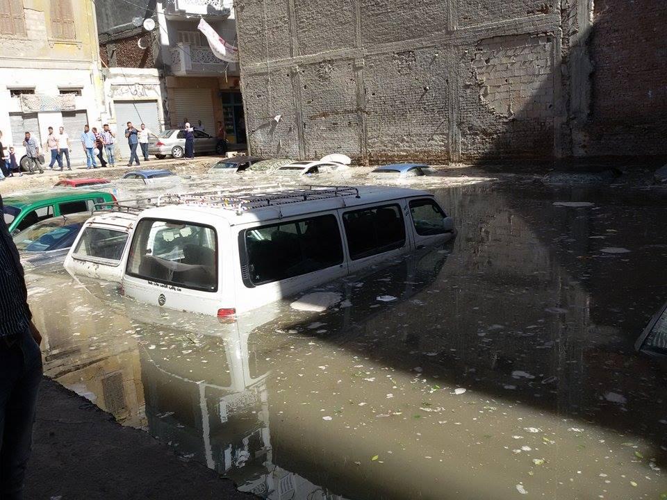 سيارات غاصت في مياه الأمطار بمحرم بك ـ شريف سالم3