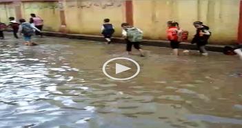 طلاب-مدرسة-في-الدقهلية-يسيرون-في-مياه-الأمطار