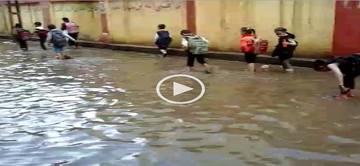بالفيديو.. شمّر وخطي برجلك.. مياه الأمطار تقطع طريق تلاميذ مدرسة بالدقهلية ▶
