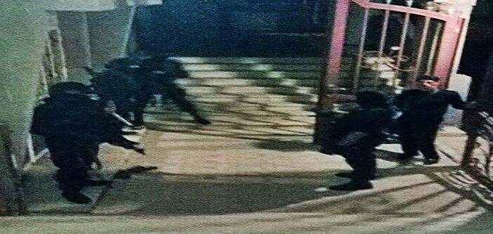 بالصور.. محام يتهم الشرطة بمداهمة منزله «دون إذن النيابة».. ويوثق لحظة اقتحامه 📷