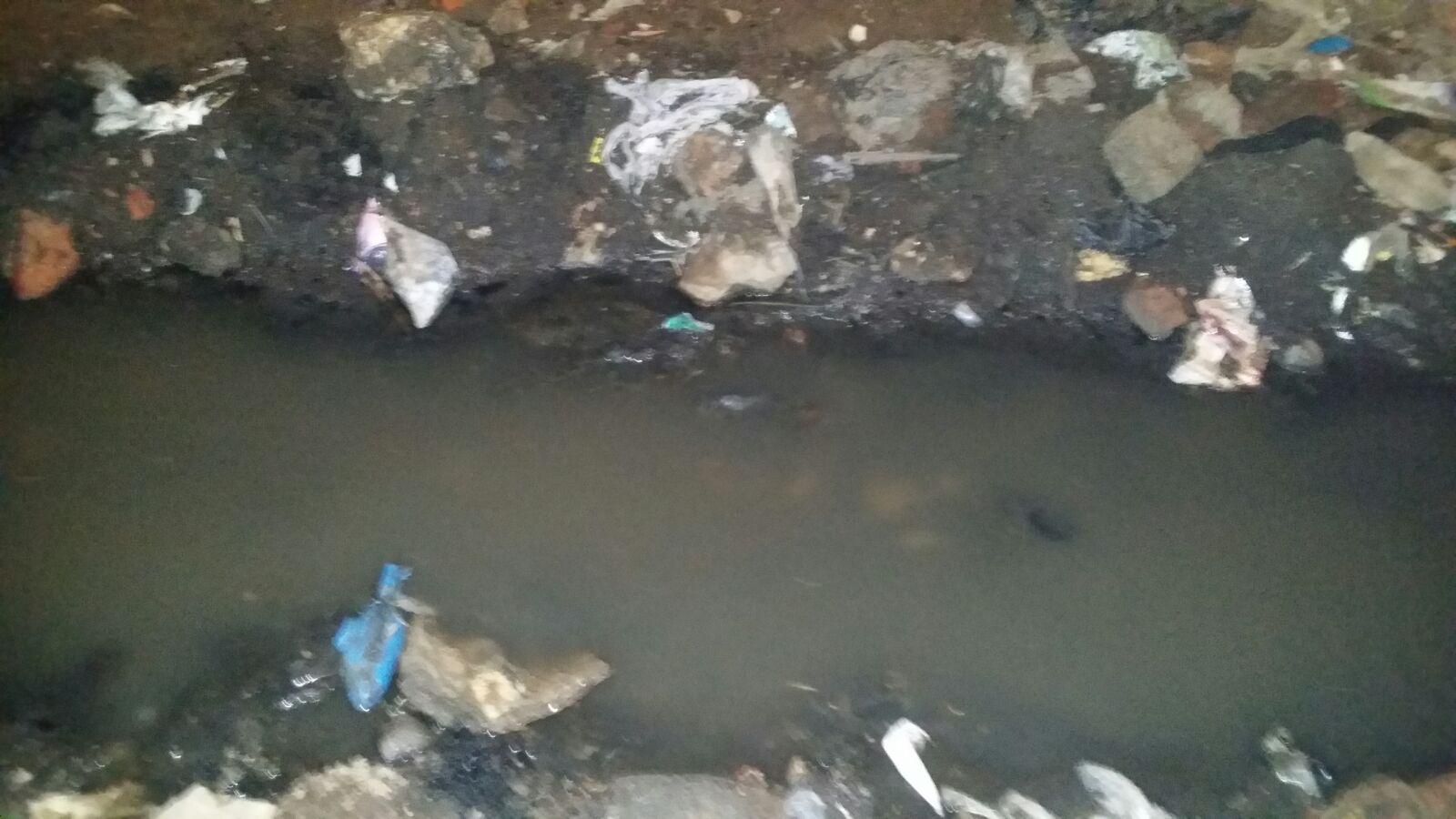 قنوات صغيرة تشق شوارع بالدويقة للتخلص من الصرف.. ورئيس الحي: «هانعمل إيه»