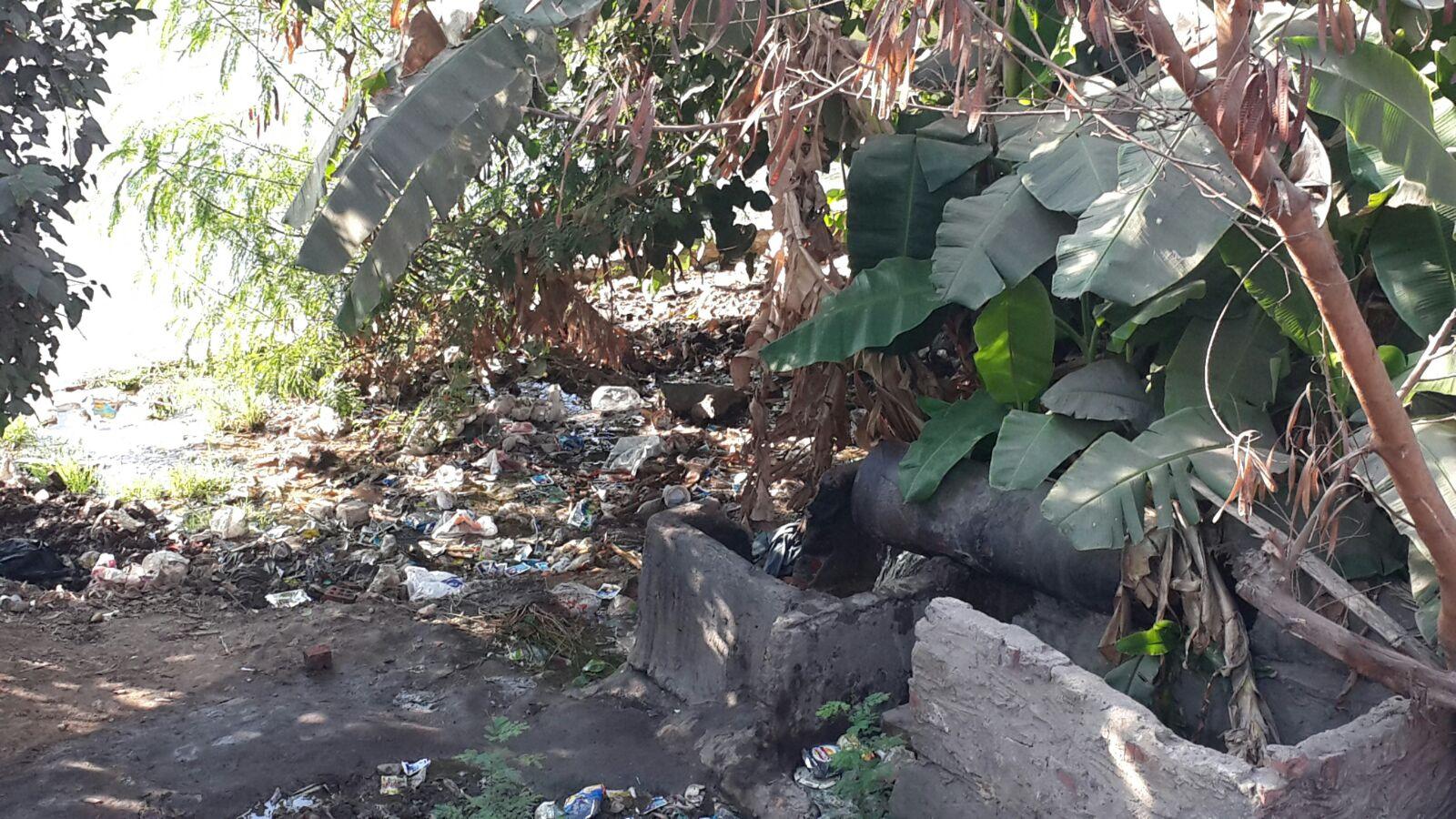 ماسورة صرف على النيل مباشرة قرب سينما فاتن حمامة بالمنيل