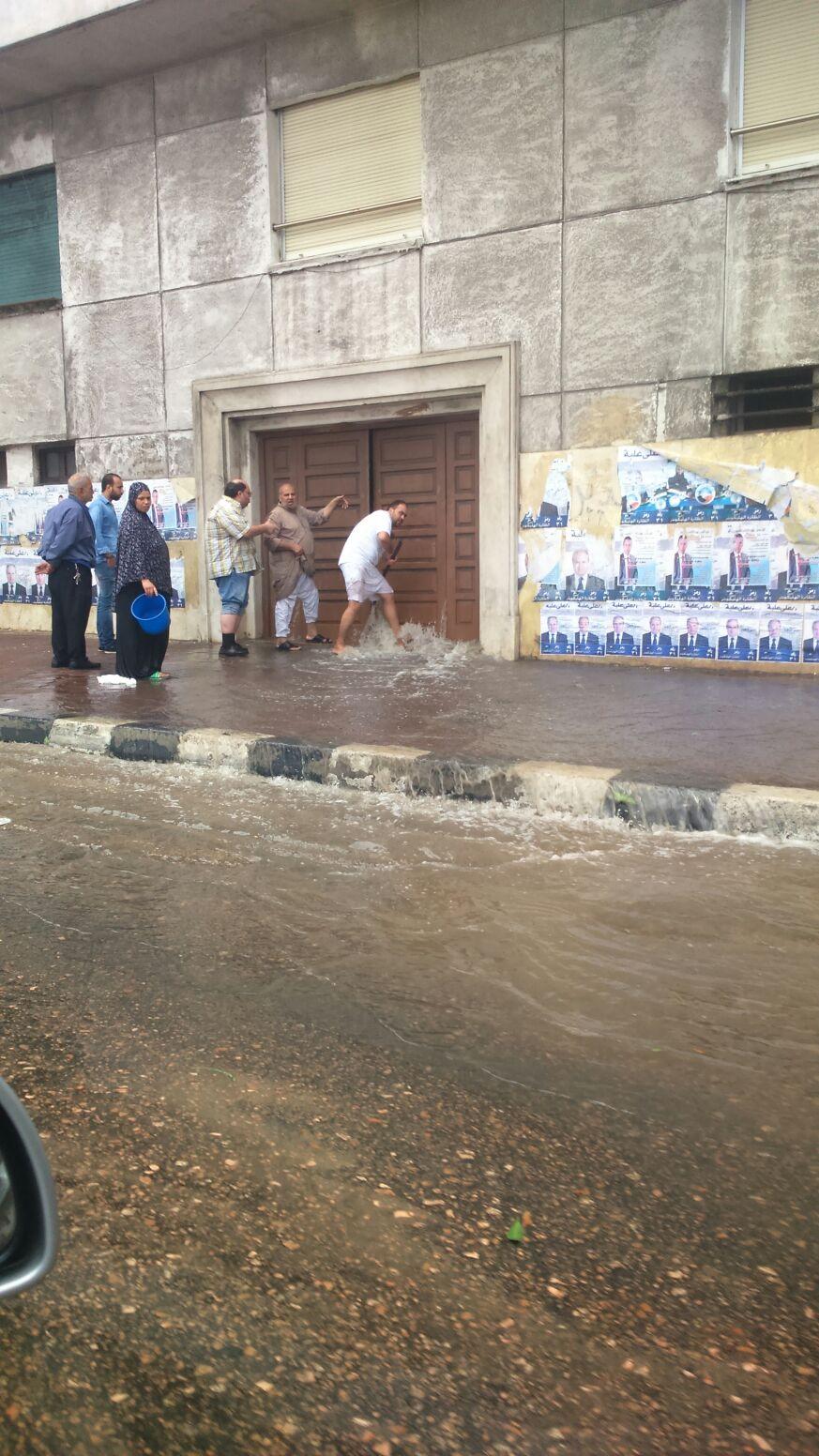 ارتفاع منسوب الأمطار على كورنيش الإسكندرية.. و5 ساعات للوصول للعمل