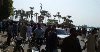 بالصور.. تجمهر مئات من أهالي الكرنك احتجاجًا اعتداء الشرطة على مواطنين