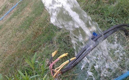بالصور.. الإهمال يضرب مدينة الشروق.. ري كابلات الكهرباء بالمياه.. وأكشاك توزيعها مفتوحة 📷