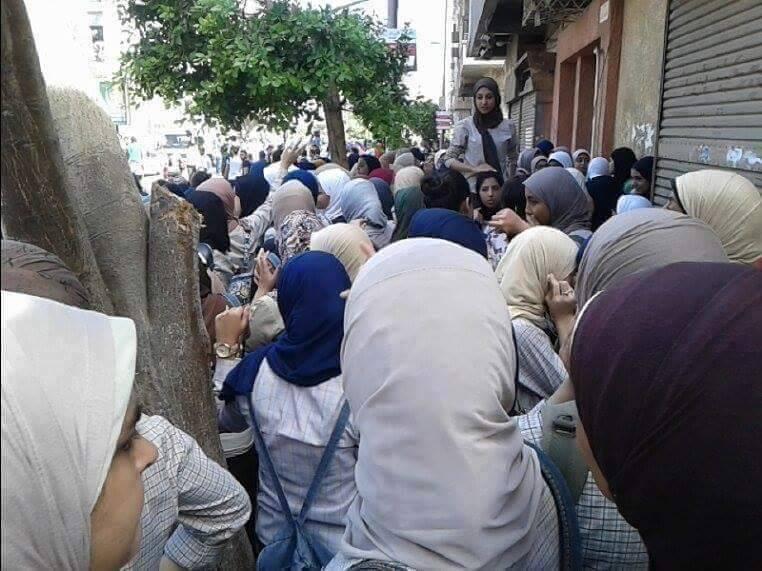 بالصور والفيديو.. طلاب الثانوية يتظاهرون بسراي القبة.. ويهتفون «عايزين طالب يبقى حمار»