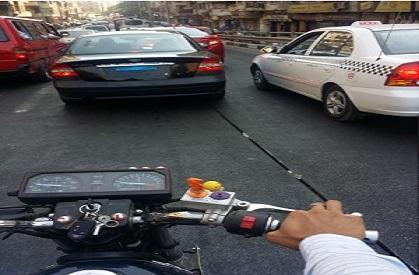 سيارة تتجول في شوارع القاهرة.. وصاحبها يطمس أرقامها