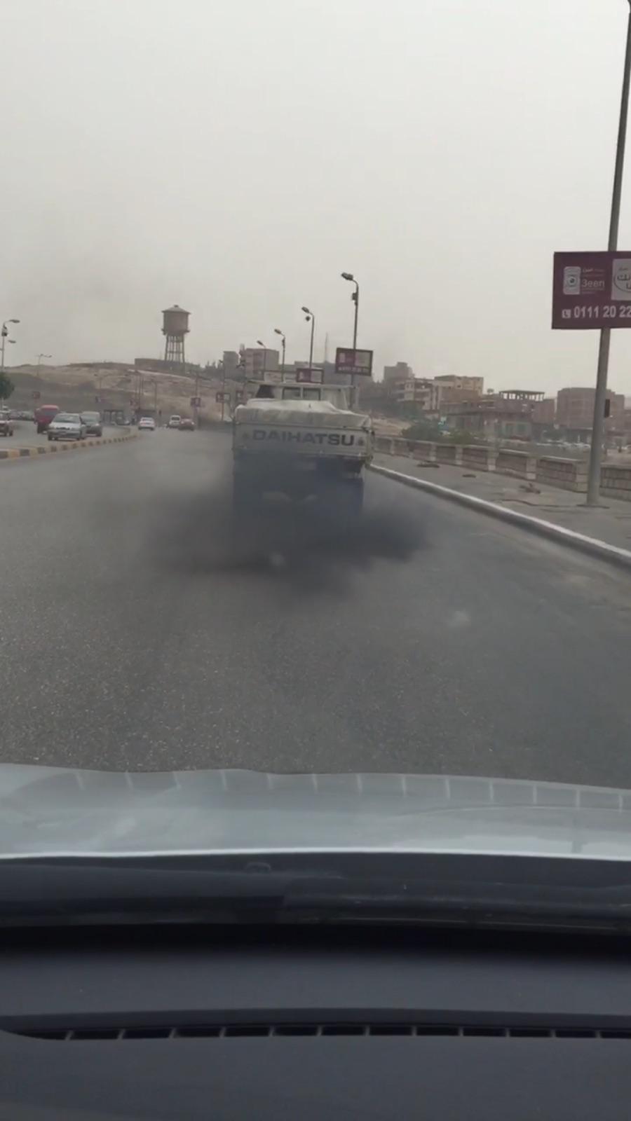 بالصور والفيديو.. عوادم ميكروباصات القاهرة: «مصانع توزيع الهباب»
