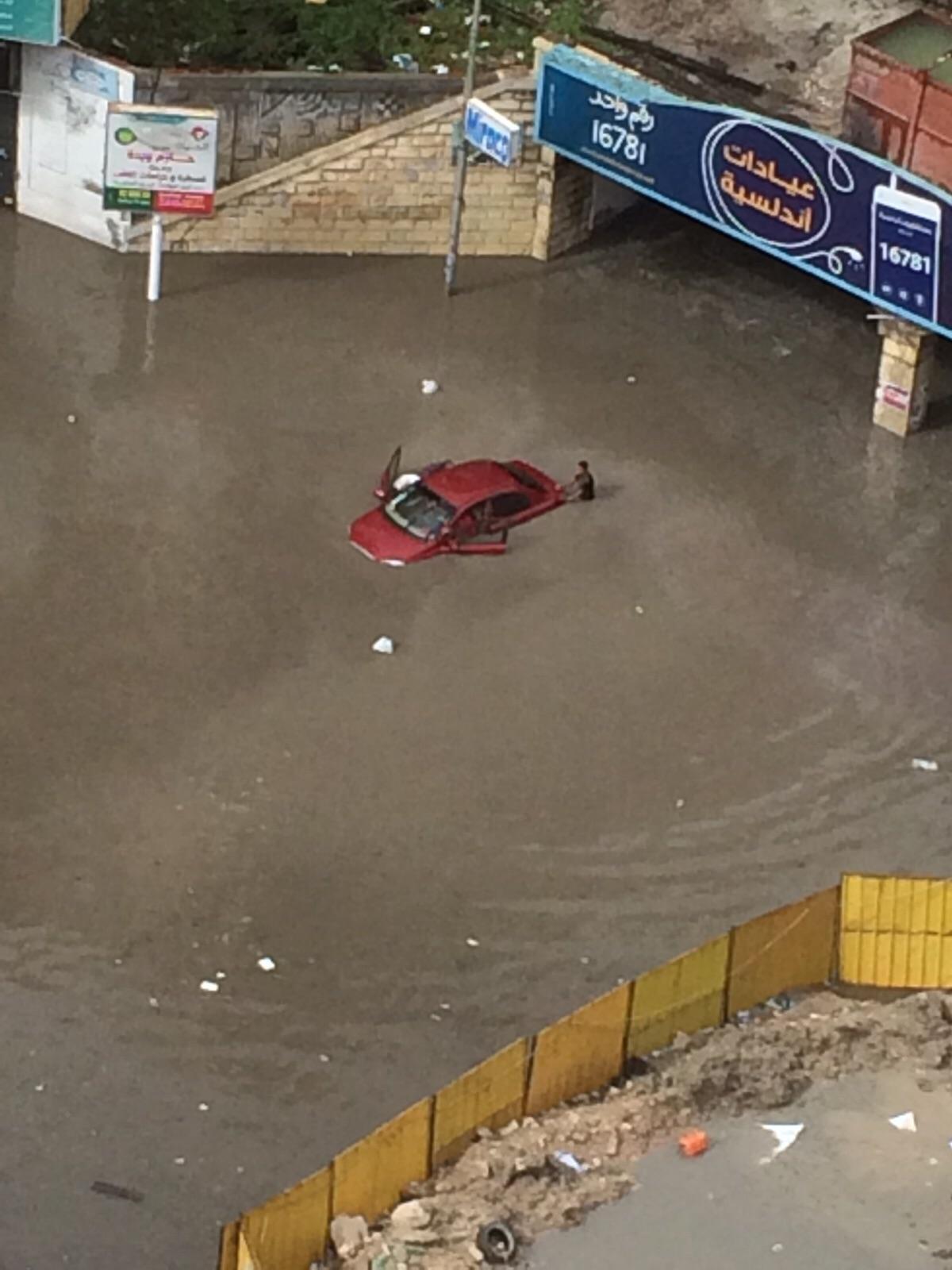 بالصور.. «كليوباترا» تتحول لبحيرة عائمة للسيارات بعد سقوط الأمطار في الإسكندرية