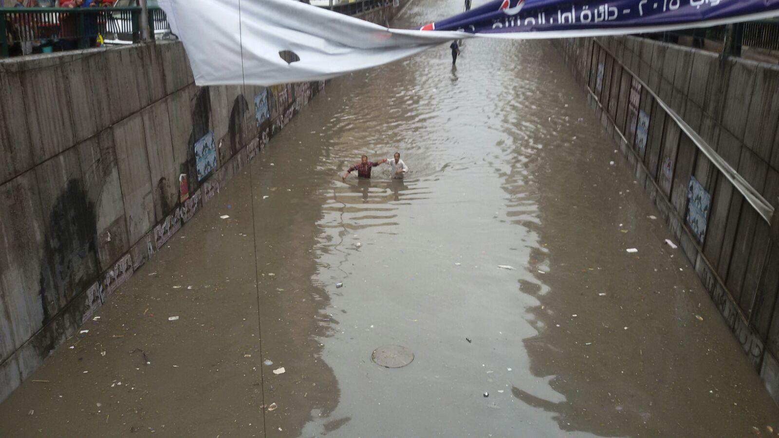 صور جديدة من نفق جمال عبدالناصر بالإسكندرية.. ومحاولة إنقاذ السيارات