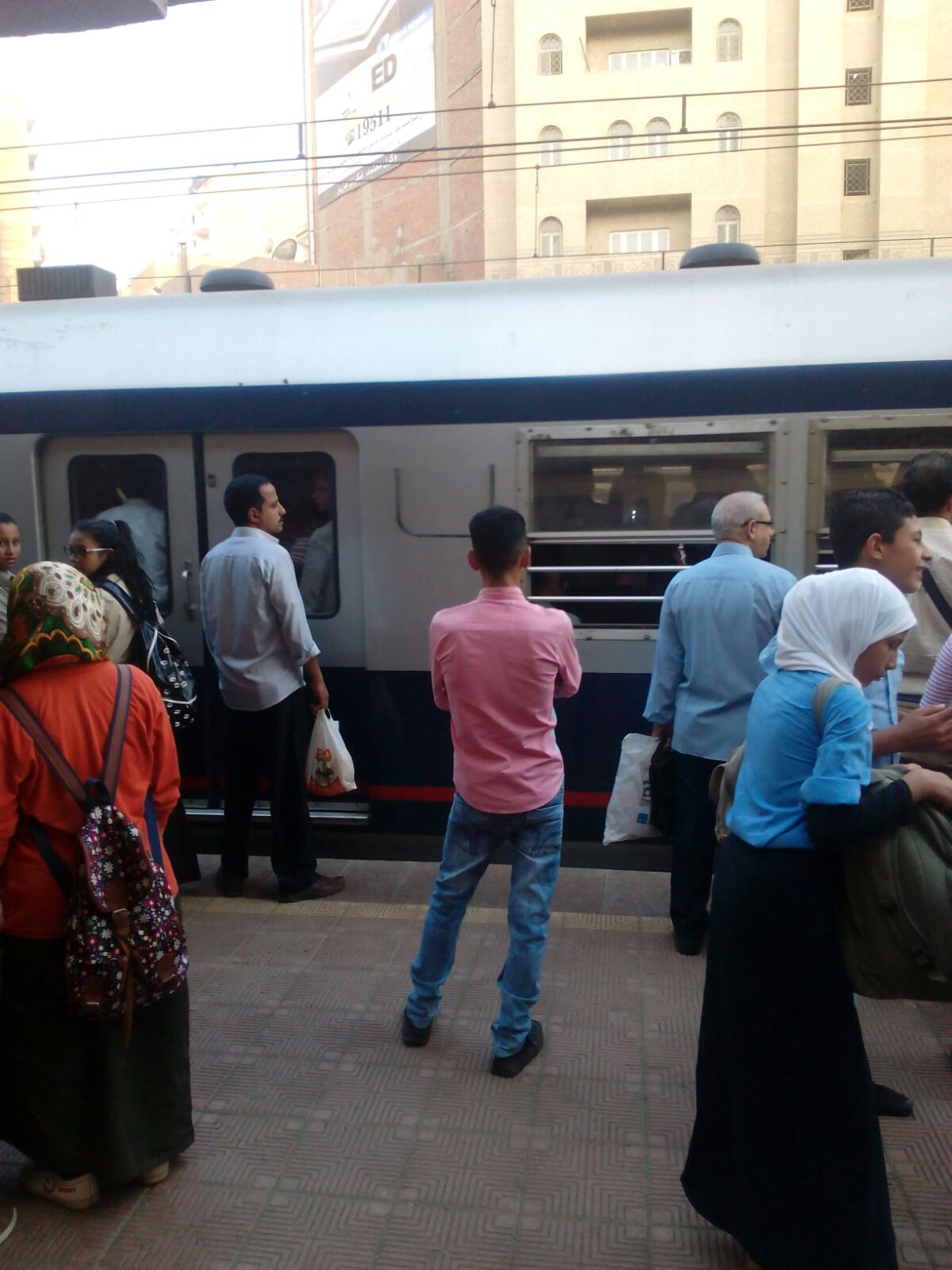 بالصور.. زحمة على رصيف مترو عزبة النخل صباحًا.. وحضور لافت لطلاب المدارس