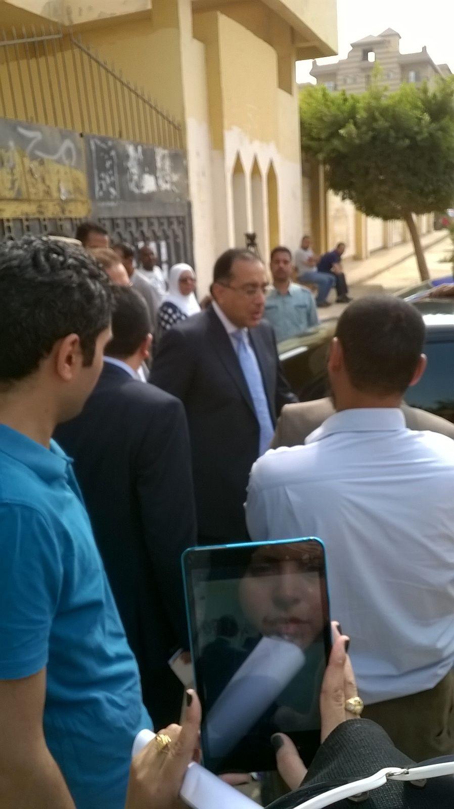 بالصور.. وزير الإسكان يدلي بصوته في الانتخابات بإحدى لجان الشيخ زايد