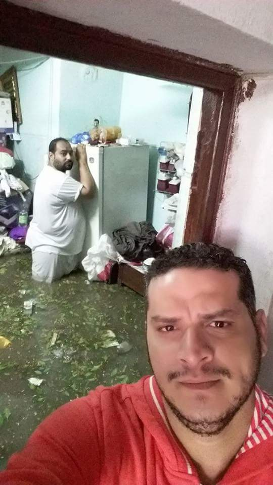 مواطن يحتضن ثلاجته بعد غرق بيته بالإسكندرية.. و«سيلفي» اللحظة الفارقة