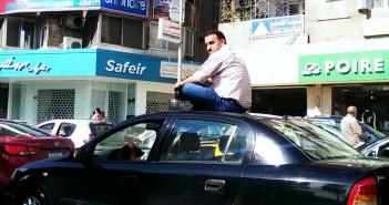 سكان في سموحة يهربون من المطر على «سقف سيارة»