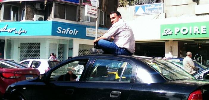 ⛅ بالصور.. سكان في سموحة يهربون من المطر على «سقف سيارة» 📷