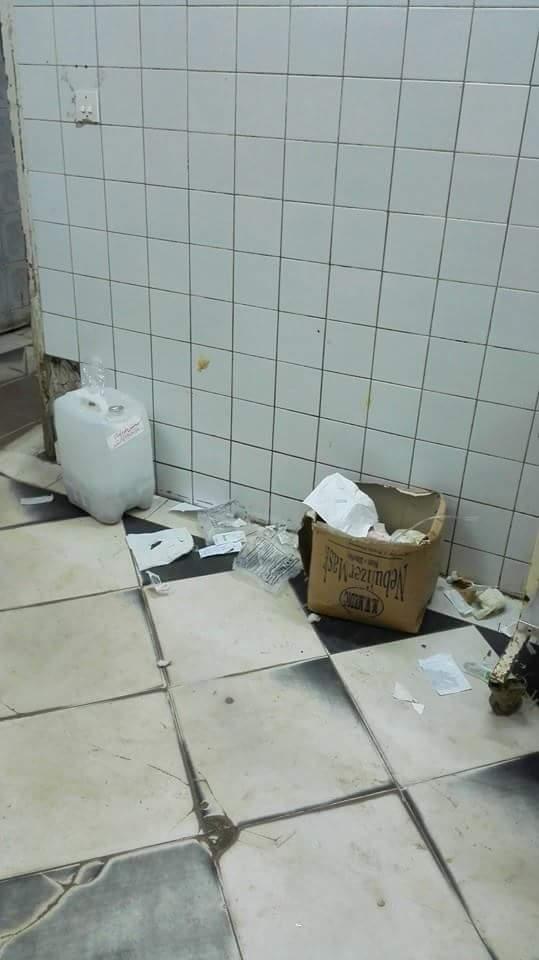 مشاهد الإهمال بمستشفى ملوي.. ومزلقان مفتوح لحظة مرور القطار