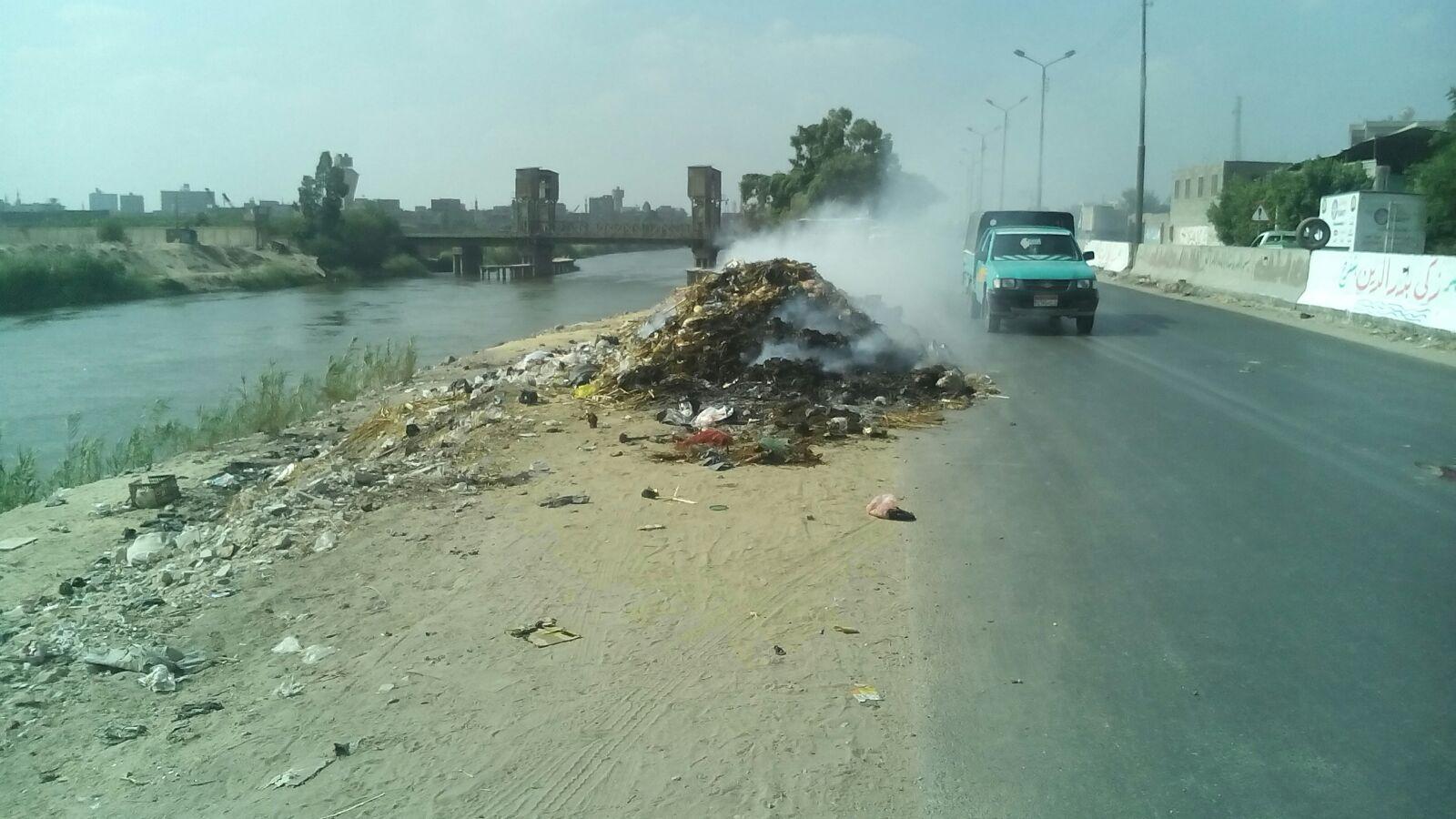 قمامة على طريق مصر ـ الإسماعيلية