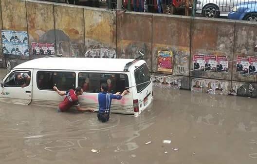 بالصور.. غرق نفق سيدي بشر.. ولحظة إنقاذ ميكروباص من الأمطار 📷