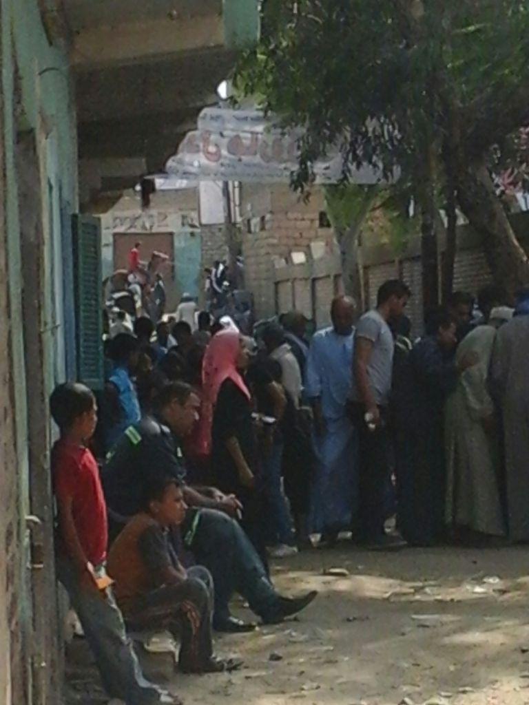 بالصور.. تواصل إغلاق لجنة انتخابية في المنيا منذ الصباح.. وتزاحم الناخبين أمامها