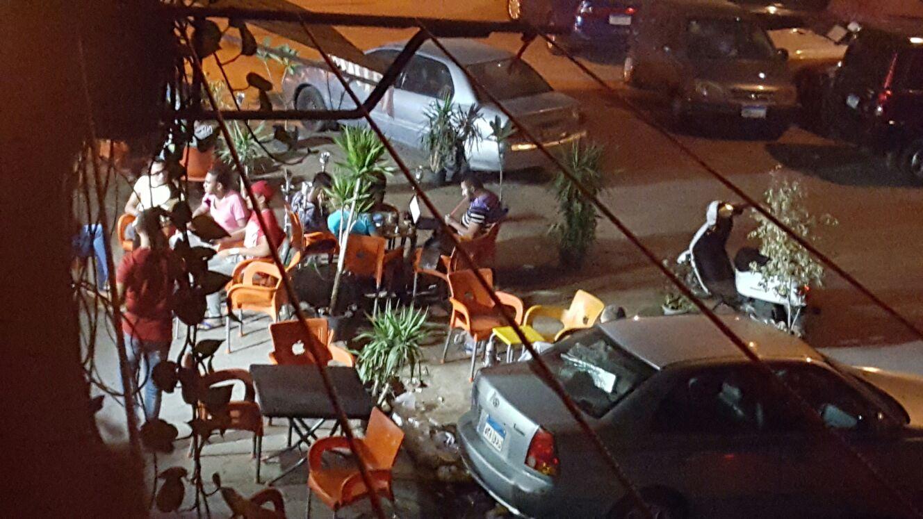 مقاهي تسيطر على حرم شارع في القاهرة وتحتل أرصفته