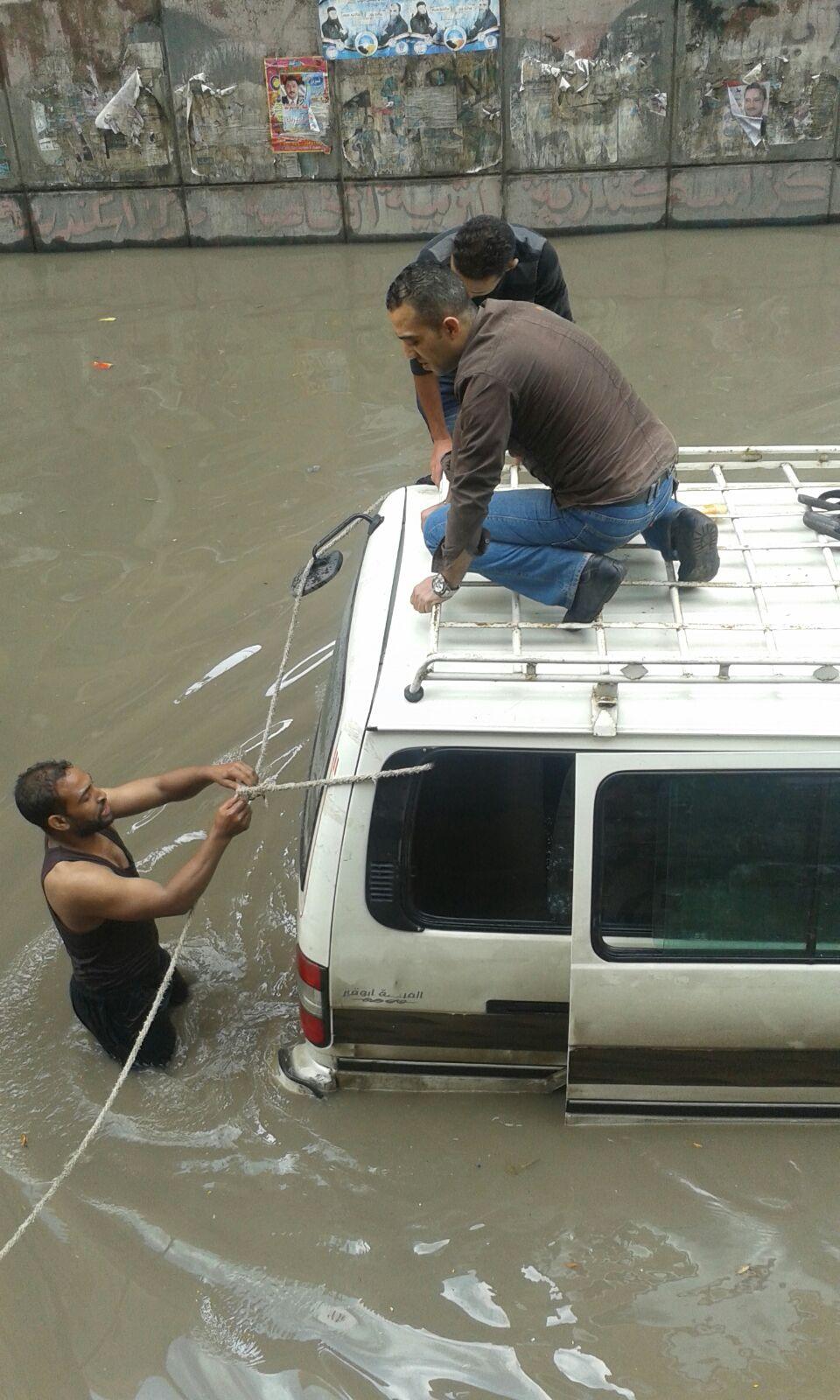 لحظة نجدة سيارات احتجزها المطر في نفق جمال عبدالناصر بالإسكندرية