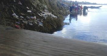 نساء بإحدى قرى المنيا يغسلن الملابس في نهر النيل