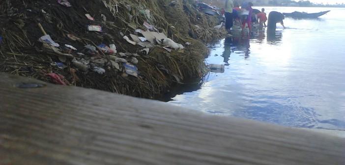 بالفيديو.. نساء بإحدى قرى المنيا يغسلن الملابس في نهر النيل ▶