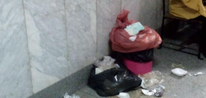 بالصور.. قمامة في طرقات بنك الدم بمستشفى اليوم الواحد بروض الفرج 📷