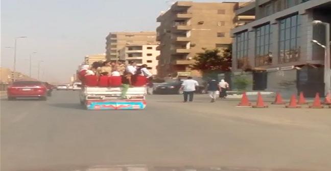 بالفيديو.. توصيل طلاب مدينة نصر إلى مدارسهم بـ«النص نقل» يهدد حياتهم