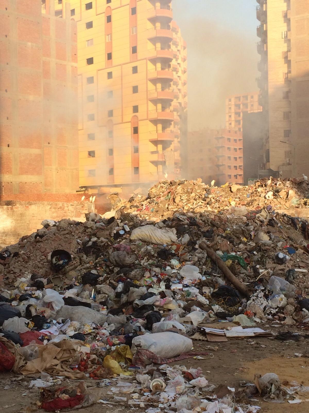 بالصور.. «أرض الجنينة» تخاصم اسمها.. وتتحول لمقلب قمامة يهدد حياة المواطنين