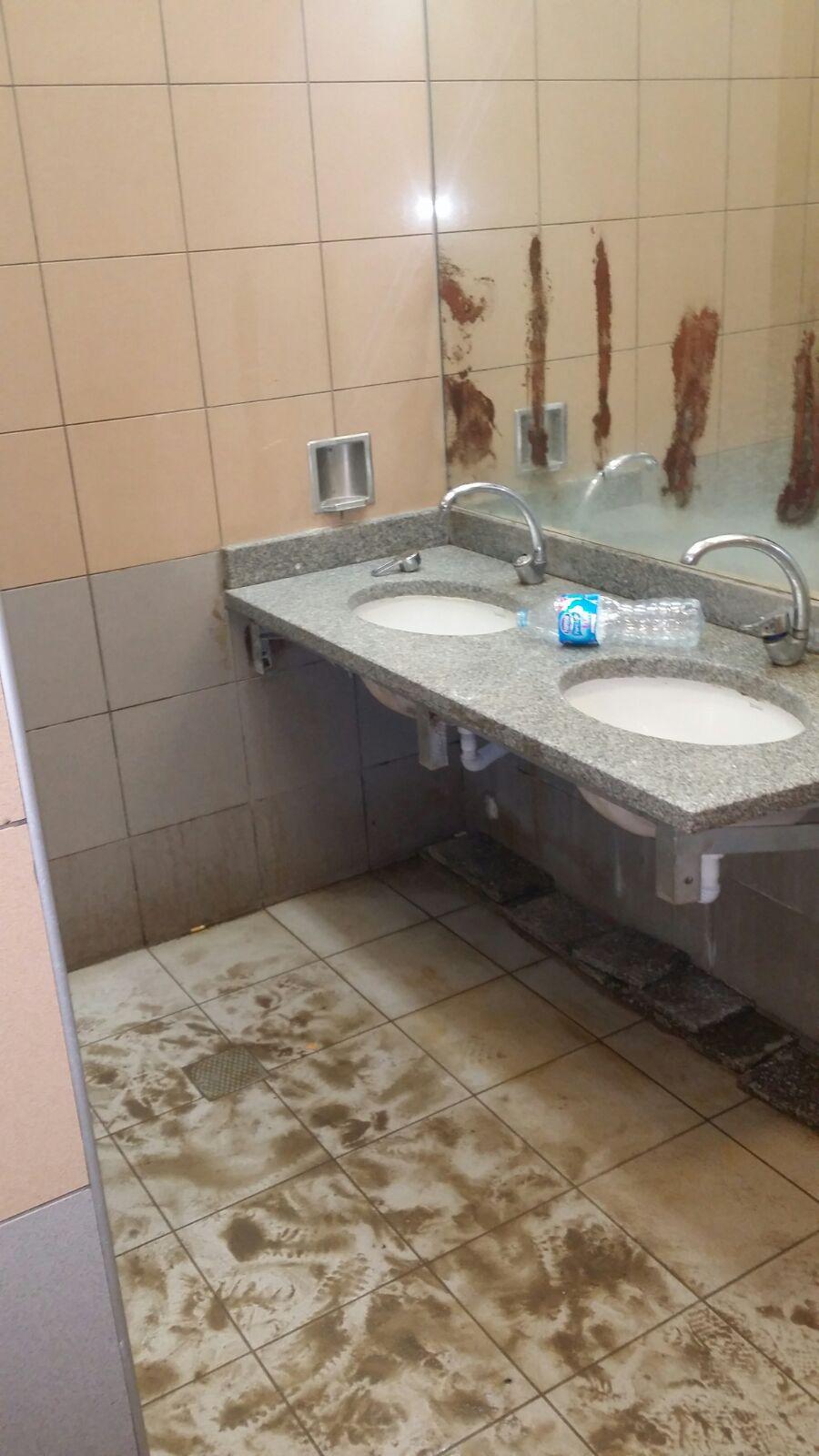 بالصور والفيديو.. راكب يرصد إهمال دورات مياه في مطار برج العرب