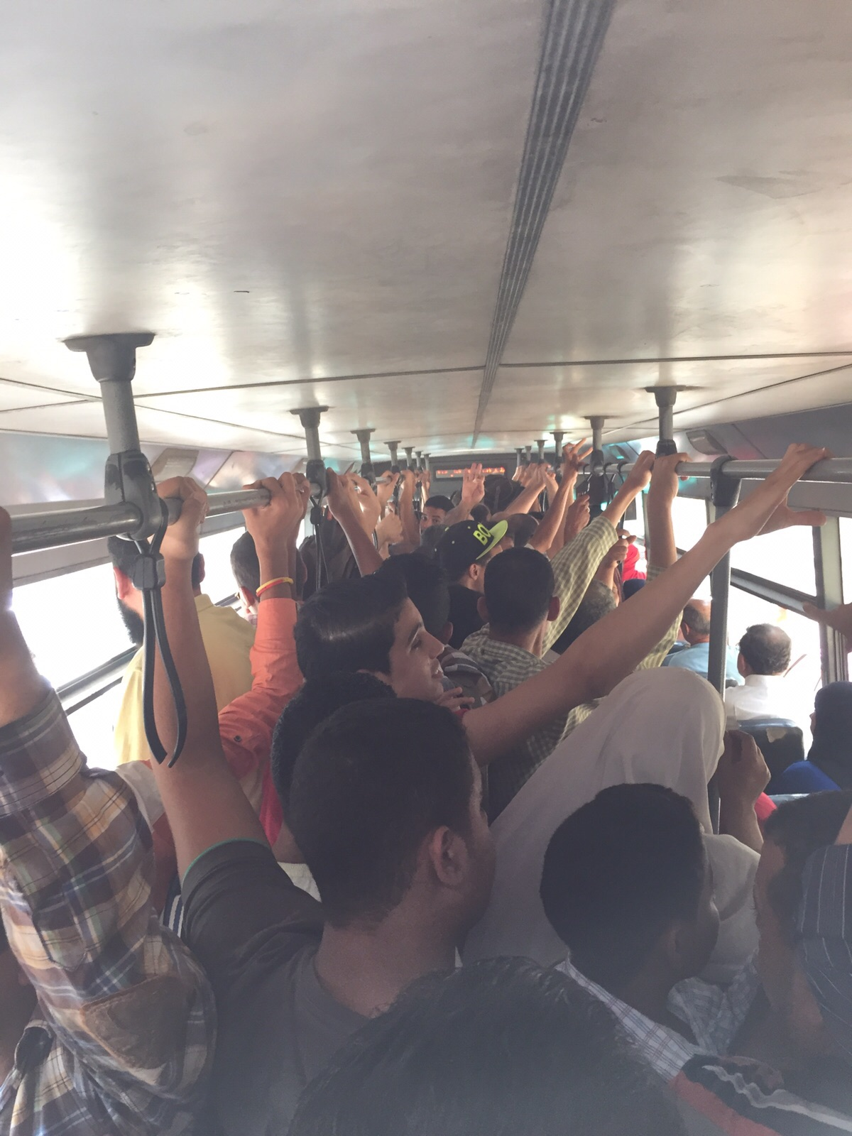 تجربة مواطن مع أتوبيسات النقل العام: غير آدمية والحكومة تركتنا لاستغلال سائقي الأجرة