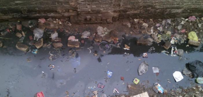 بالصور.. مياه الصرف تغرق بيوت ومسجد قرية بالفيوم 📷