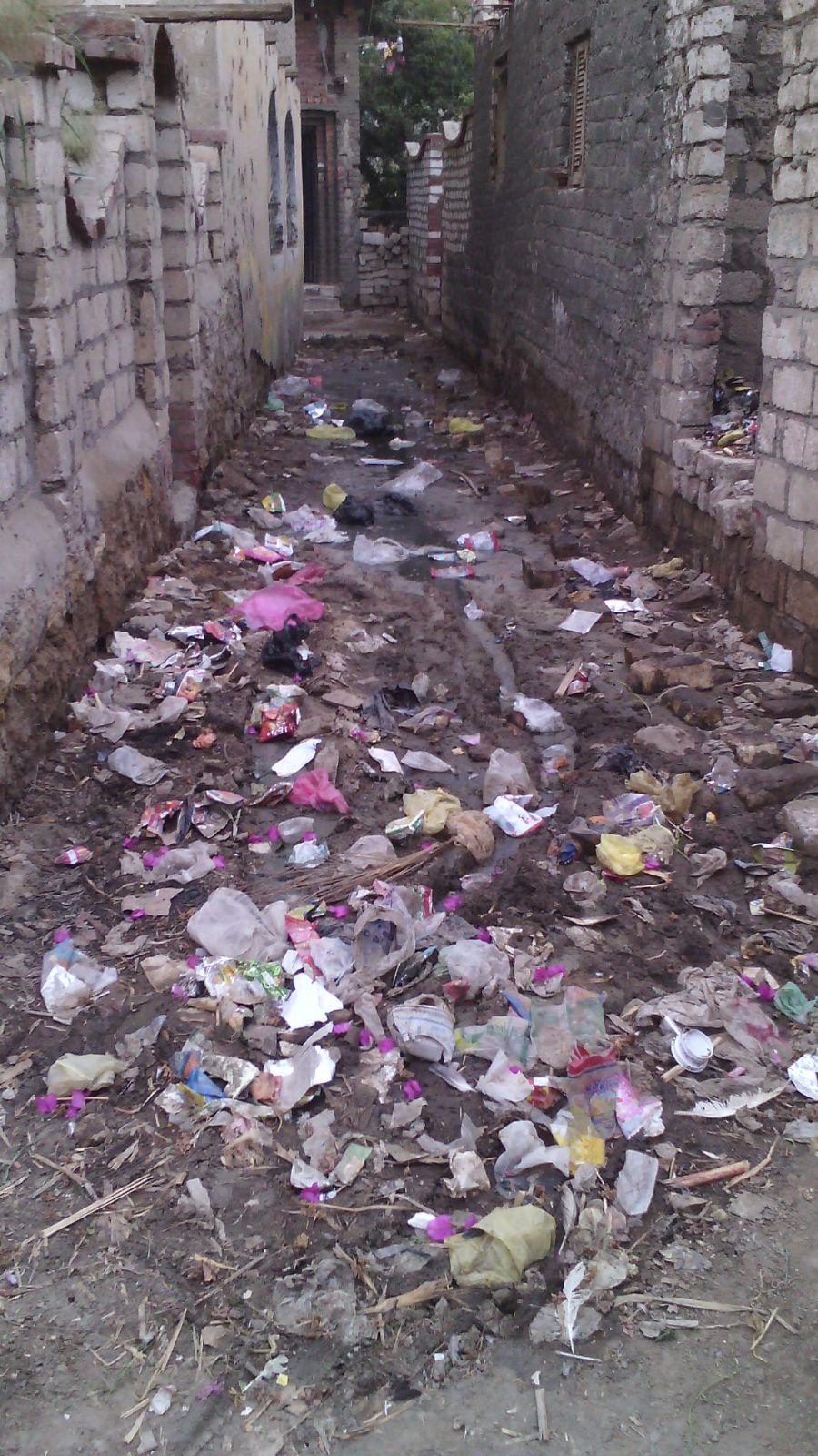 بالصور.. مياه الصرف تغرق بيوت ومسجد قرية بالفيوم